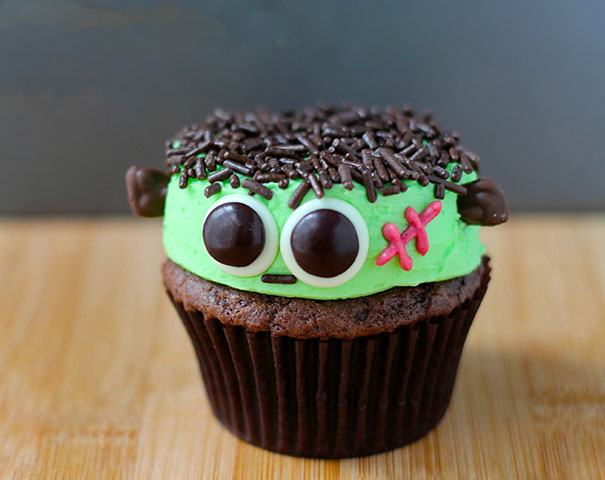 Spooky Halloween Cupcakes That Is Suspiciously Delicious-09