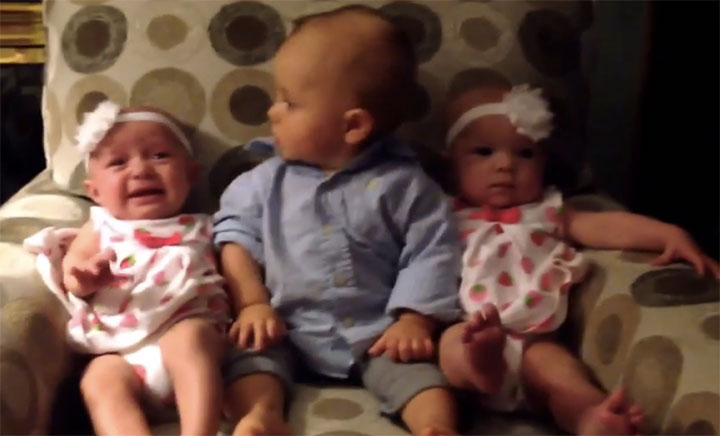 Confused-Little-Boy-Meets-Twins-For-The-First-Time-His-Reaction-Is-Priceless