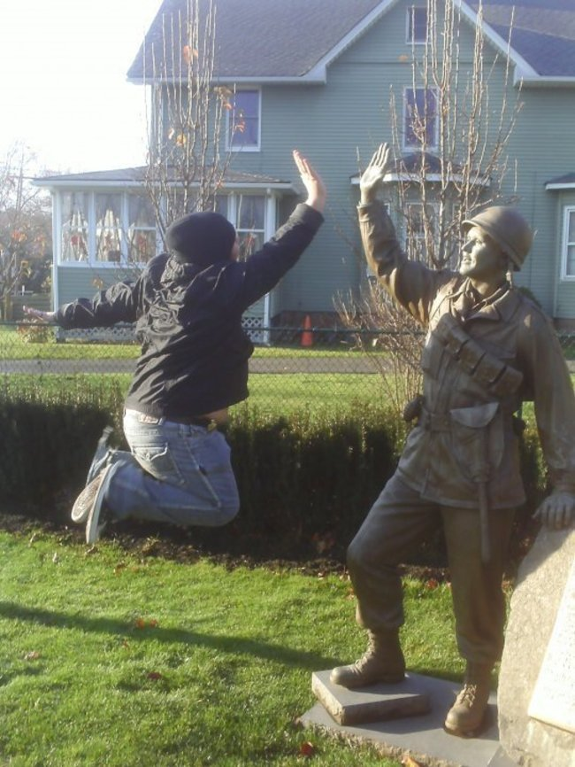 These People Made The Most Out Of The Statues-19